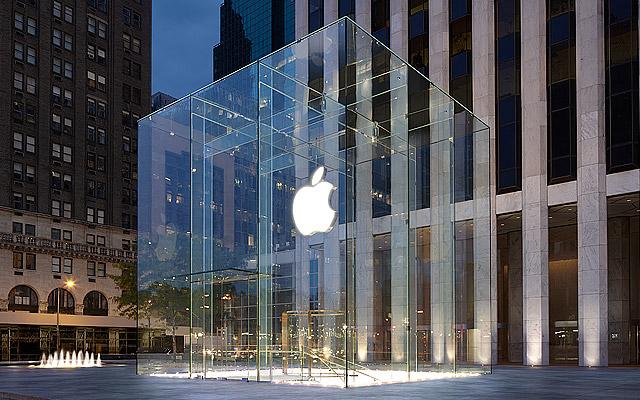 Стеклянный куб, он же вход в Apple Store на Пятой авеню в Нью-Йорке