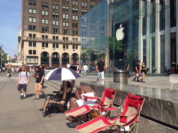 Потенциальные покупатели iPhone 6 возле Apple Store на Пятой Авеню в Нью-Йорке.